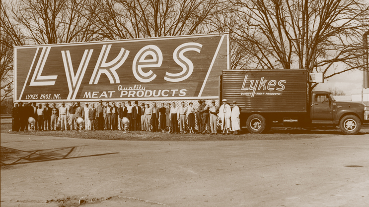 Early Lykes company sign and employees